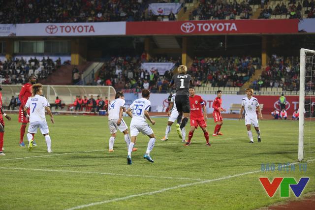 Bình Dương lập tức dồn lên tấn công ở đầu hiệp 2 song thủ thành Sou Yaty đã thi đấu cực kỳ xuất sắc
