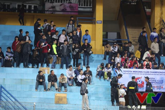 Một số khán giả thủ đô bày tỏ sự thất vọng và bỏ về sớm ngay từ phút 80