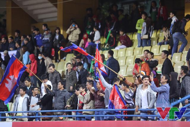 Các CĐV Campuchia đã có dịp ăn mừng khi đội bóng của họ vượt qua nhà ĐKVĐ trên sân nhà để vào chung kết