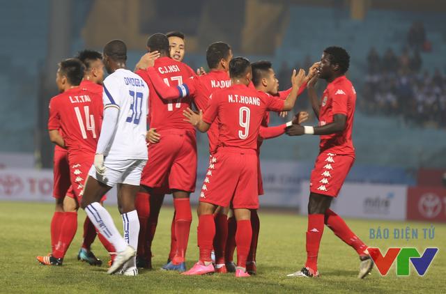 Và bàn thắng đã đến từ sớm với Bình Dương khi Nsi đánh đầu tung lưới đội bóng đến từ Campuchia
