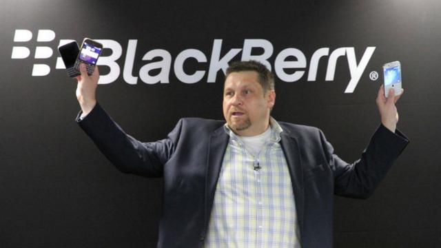 Ron Louks với 3 phiên bản màu sắc mới của chiếc BlackBerry Classic trên tay