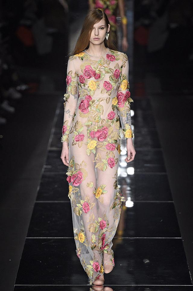 Họa tiết hoa hồng trong trang phục của Blumarine, thể hiện vẻ đẹp mong manh.