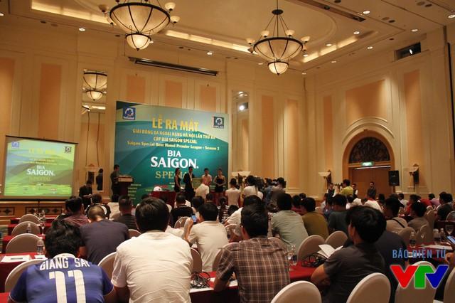 Đông đải cơ quan báo chí tới đưa tin về giải bóng đá phong trào lớn tại Hà Nội.