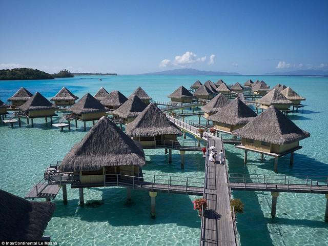 Màu biển xanh ngắt và khung cảnh bình yên khiến Bora Bora trở thành điểm đến thiên đường.