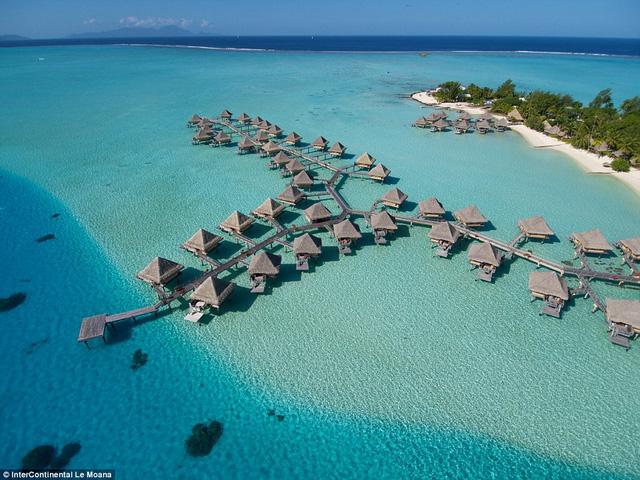 Khu nghỉ dưỡng Intercontinental Le Moana bao gồm chuỗi phòng nghỉ nằm ngay trên mặt biển vô cùng lãng mạn.