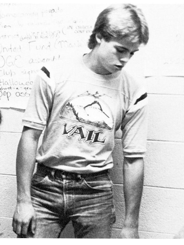 Khó ai có thể nhận ra chàng trai này chính là tài tử Brad Pitt