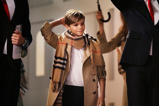 Romeo Beckham trong quảng cáo của thương hiệu thời trang Burberry (Ảnh: Harpers Bazaar)