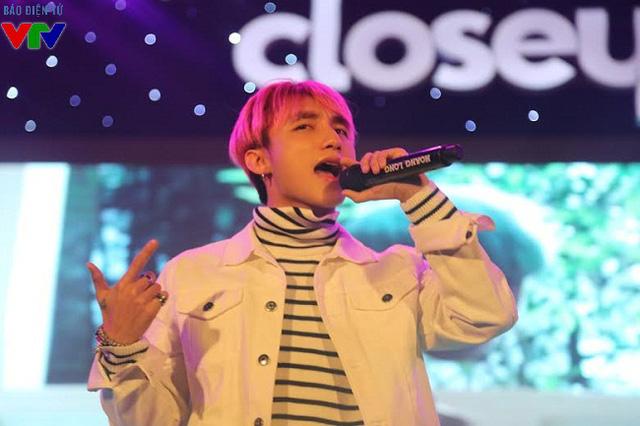 Với những ca khúc gắn liền với tên tuổi của mình, Sơn Tùng khiến các fan đứng ngồi không yên suốt buổi biểu diễn.