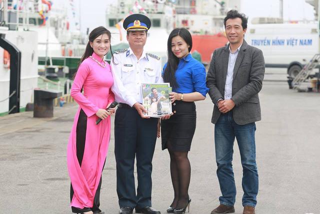 Món quà nhỏ do nhà báo Nguyễn Đức Hoà - Phó Trưởng ban Ban Thanh Thiếu niên VTV6 và bà Nguyễn Thị Hằng - đại diện Đoàn thanh niên Đài THVN trao tặng các chiến sĩ Cảnh sát biển vùng 1.