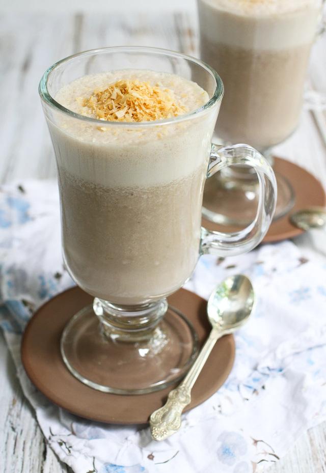 Bạn có thể làm sinh tố dừa cà phê từ dừa, sữa tươi, sữa đặc, cà phê phin và đường cát.