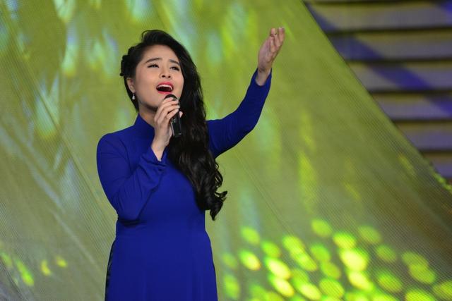 Ca nương Kiều Anh xuất hiện trong tà áo dài dịu dàng, thể hiện ca khúc Lời ca dâng Bác.