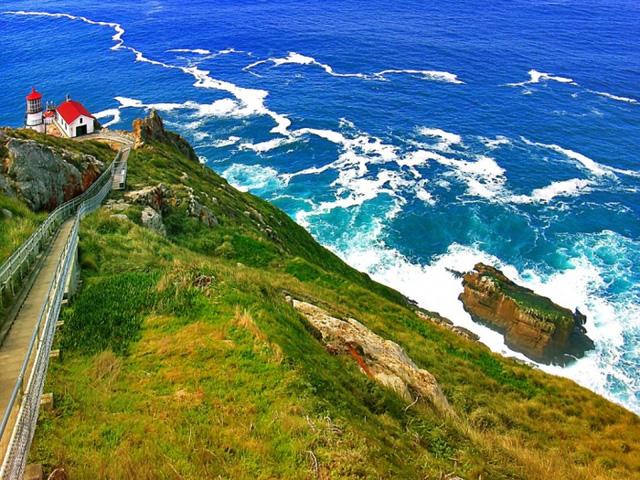 Sóng biển Thái Bình Dương đánh vào bờ biển quốc gia Point Reyes ở phía bắc California. Ảnh: James MCool