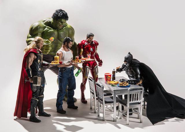 Các siêu anh hùng Marvel đã bị Batman chiếm mất bàn để ăn trưa