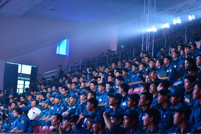 Trong phía 1.000 khán giả có mặt ở trường quay, có tới hơn 700 người là chiến sĩ tới xem chương trình.
