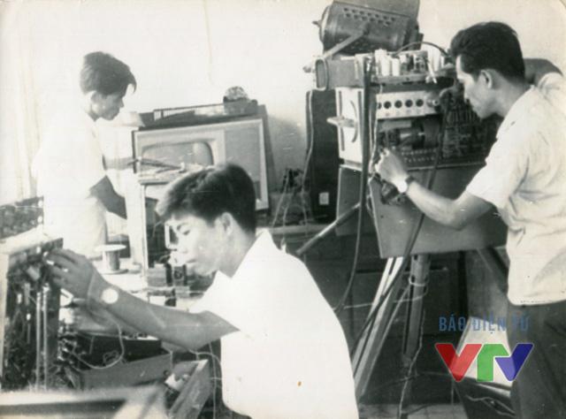 Để có thể đưa 2 chiếc camera này vào sử dụng, các cán bộ kỹ thuật của Đài đã nỗ lực mày mò, tìm hiểu và sử dụng tới những nguyên liệu thu gom được từ các thiết bị phát thanh cũ.