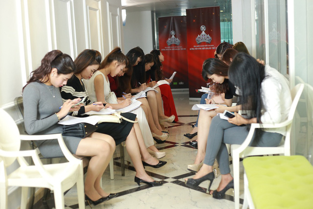 Các thí sinh điền mẫu đăng ký dự thi