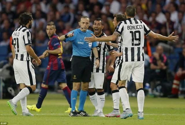 Trọng tài Cakir có một vài quyết định khiến cầu thủ hai đội phản ứng nhưng nhìn chung ông đã hoàn thành nhiệm vụ.