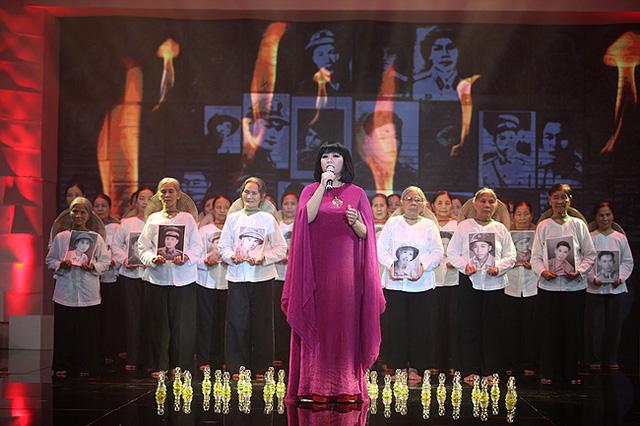 Ca sĩ Cẩm Vân trong một tiết mục trình diễn tại Giai điệu Tự hào.