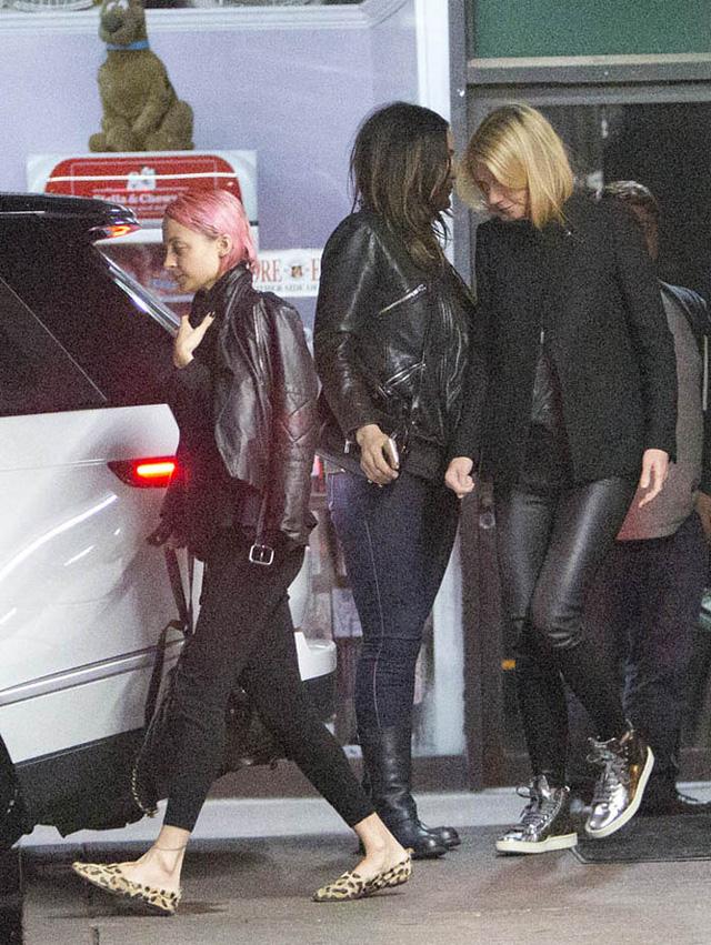 Gwyneth Paltrow cũng diện tông màu đen nhưng năng động với quần da và giầy thể thao.