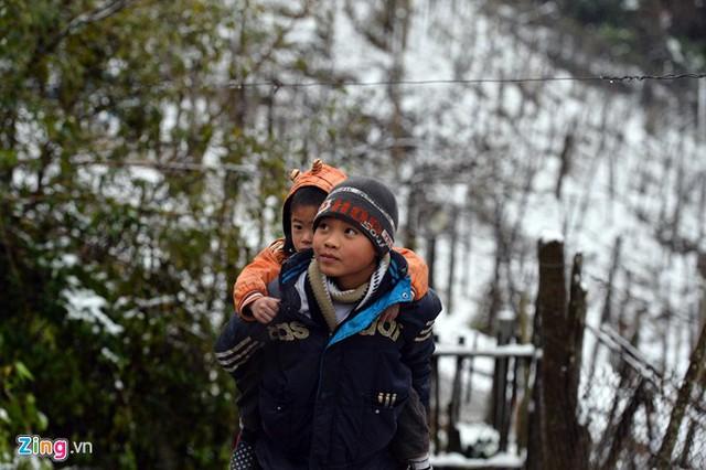 Mặc dù vậy, nhiều em nhỏ cũng đã quen với giá lạnh nơi này (ảnh: Zing)