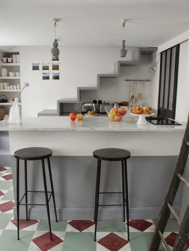 Chỗ làm bếp được kết hợp luôn làm bàn ăn, nhìn như một góc quán bar nhỏ.