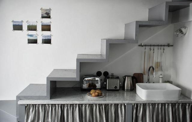Vì diện tích khiêm tốn nên không gian được tận dụng tối đa. Cầu thang dẫn lên chỗ ngủ nằm ngay trên bồn rửa ở bếp.