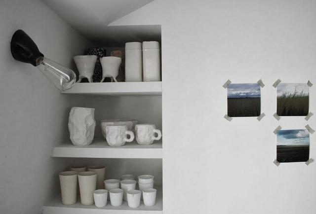 Hai người bạn thân sử dụng tủ tường để làm nơi cất và bày các vật dụng.