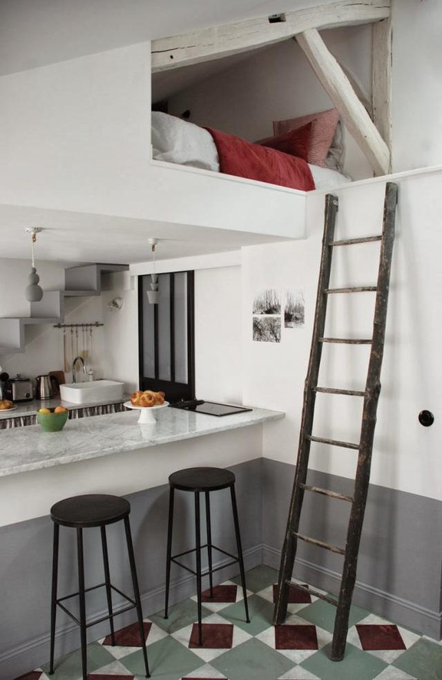 Góc ngủ đầu tiên trong căn hộ nằm ở tầng áp mái, có 2 lối cầu thang đi lên.