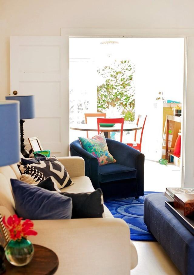 Nhiều vật dụng khác trong phòng khách đều mang tông màu xanh và navy.