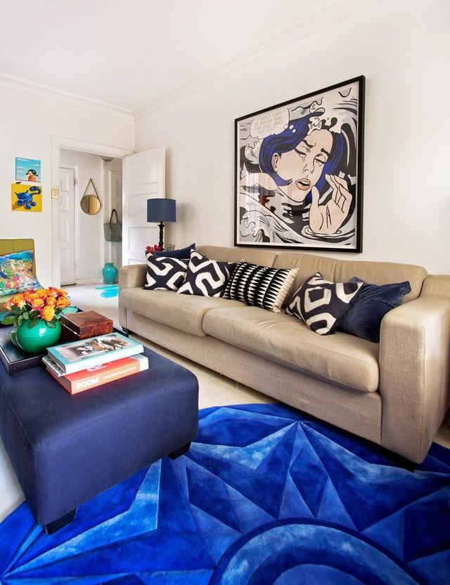 Màu sắc tấm thảm vô cùng hợp tông với các vật dụng và bức tranh treo ở phòng khách.