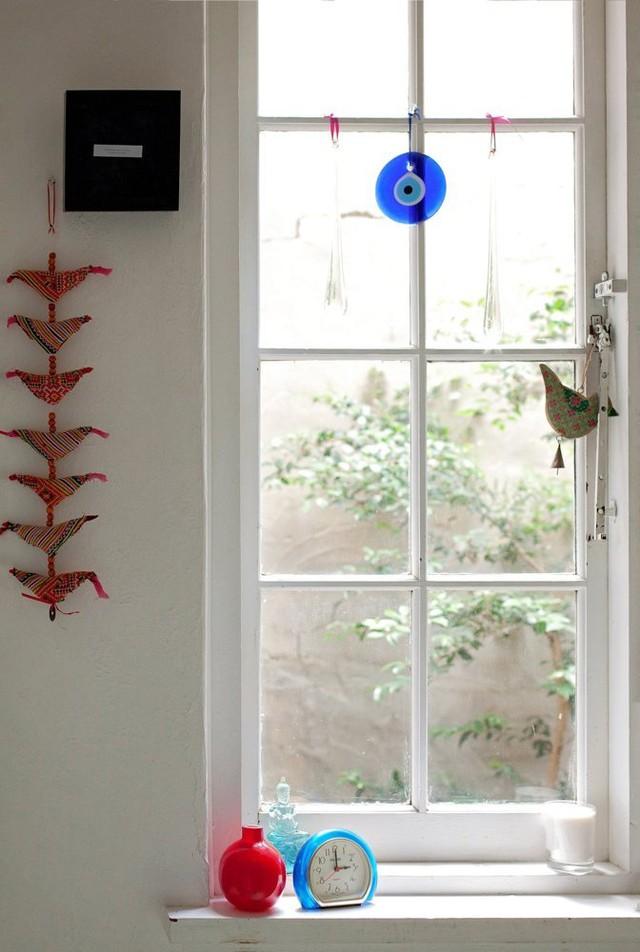 Cửa sổ được trang trí với vật dụng xinh xắn mang màu sắc mùa hè.