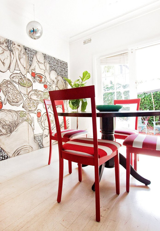 Bộ ghế trong phòng ăn dễ khiến bạn liên tưởng đến những chiếc ghế màu sắc trên bãi biển.