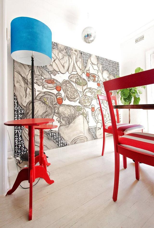 Góc phòng còn nổi bật nhờ chiếc đèn màu xanh và mảng tường vẽ nghệ thuật.