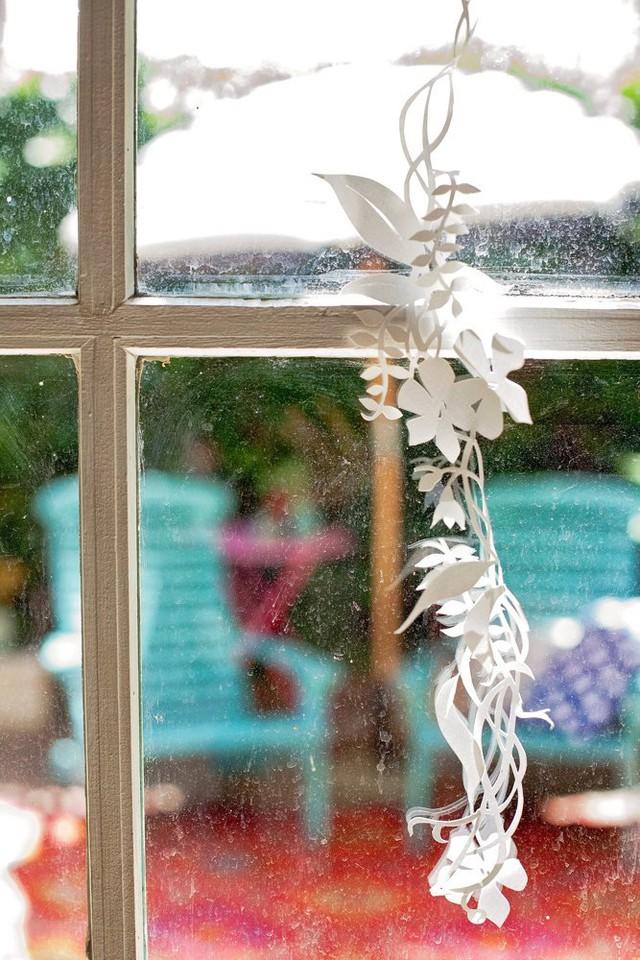 Cửa sổ được treo thêm hoa cắt bằng giấy.