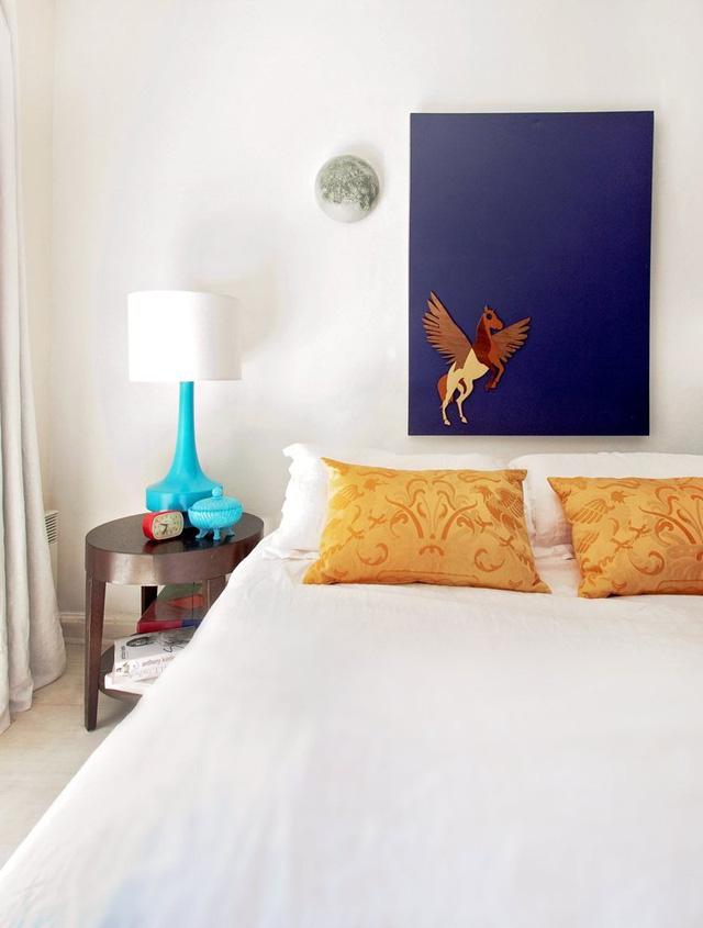 Phòng ngủ cũng có điểm nhấn là vật dụng màu xanh lam.