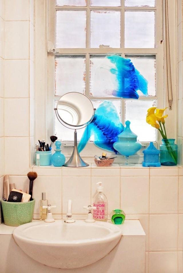 Một góc phòng tắm được tô điểm cũng bằng màu xanh.