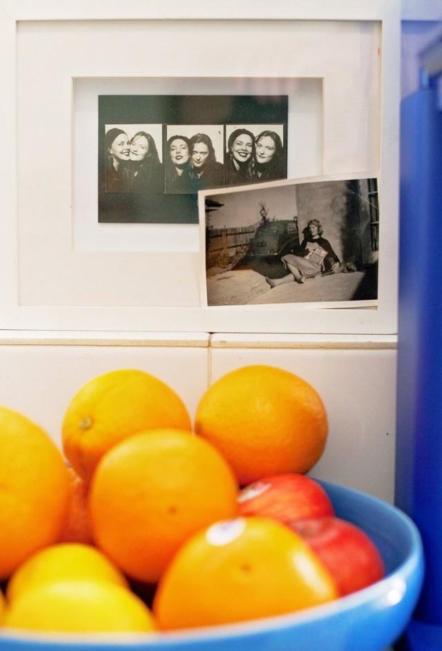 Những bức ảnh đen - trắng như càng dễ gây chú ý hơn khi xuất hiện bên những đồ vật màu xanh.