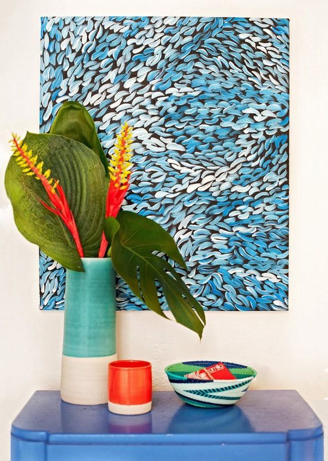 Một tác phẩm nghệ thuật màu biển được treo trên tường.