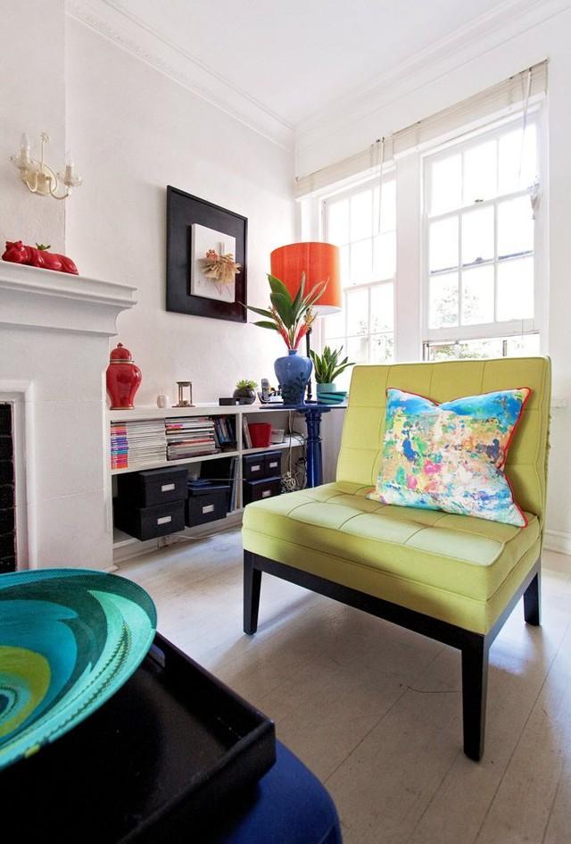 Gối tựa trong phòng khách mang màu sắc đậm chất pop-art.