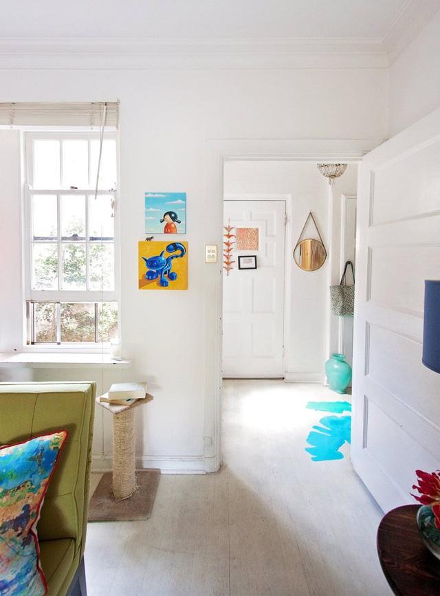 Những mảng tường trắng trong nhà được tận dụng để trang trí thêm bằng tranh, ảnh.