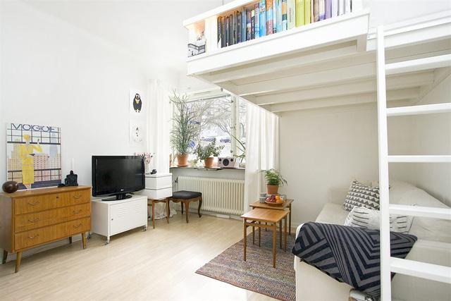 Căn hộ màu trắng được sắp xếp gọn gàng, tạo cảm giác không gian rộng rãi hơn.