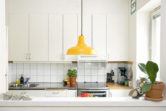 Chiếc đèn vàng được treo nổi bật trong căn bếp.