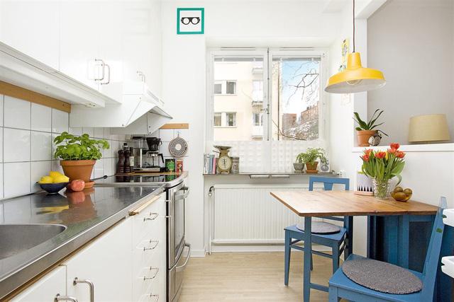 Căn bếp như bừng sáng bởi không gian thoáng đãng với màu sắc dịu nhẹ.