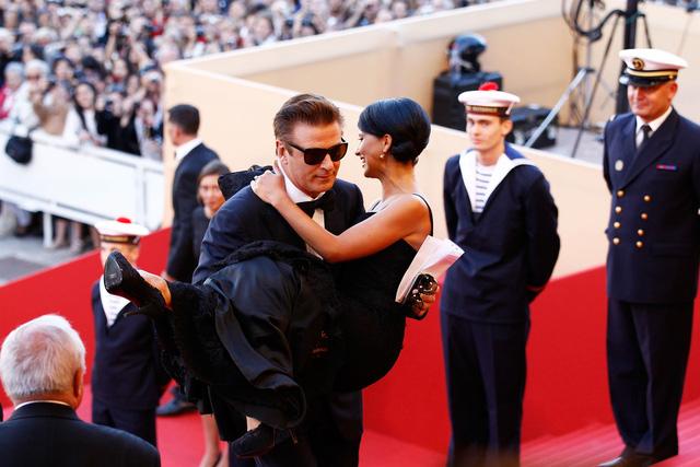 Một trong những hình ảnh đáng nhớ nhất của các cặp đôi trên thảm đỏ LHP Cannes còn phải kể đến cú bế bồng của tài tử Alec Baldwin với vợ - Hilaria Thomas tại sự kiện năm 2012. Đầu năm nay, cặp vợ chồng mới hạnh phúc chào đón đứa con thứ 2 ra đời.