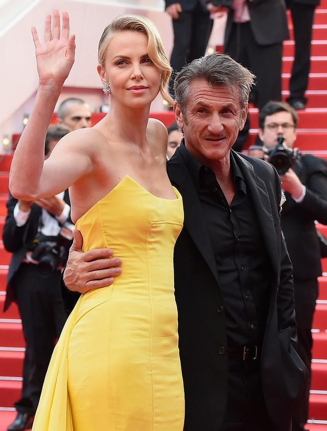 Trên thảm đỏ của sự kiện năm nay, Charlize Theron và Sean Penn cũng là cặp đôi gây chú ý. Chân dài người Nam Phi vẫn đang hạnh phúc trong mối quan hệ với bạn trai, cả hai chưa thích ràng buộc mối quan hệ bằng hôn nhân.