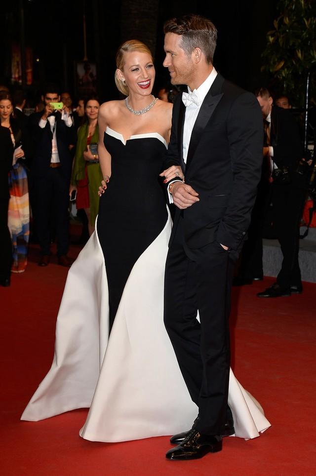 Năm 2014, thảm đỏ LHP Cannes lại thành nơi tôn vẻ nổi bật của cặp đôi Blake Lively và Ryan Reynolds. Hai người hẹn hò nhau từ năm 2011. Chỉ 1 năm sau đó, cả hai đã bí mật kết hôn và hiện tại, đều viên mãn với cuộc sống gia đình.