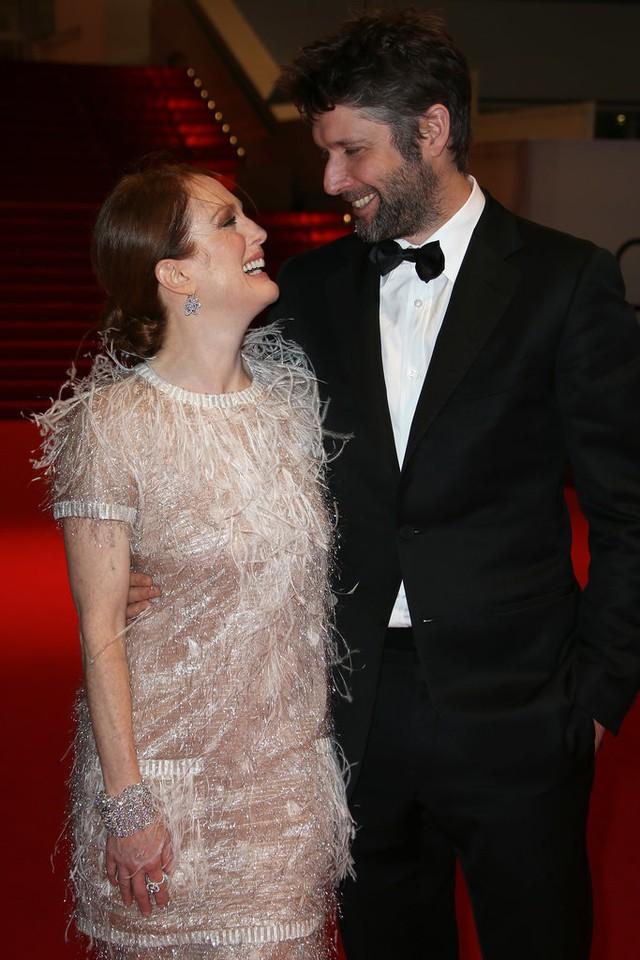 Bên cạnh đó, ở LHP Cannes 2014, Julianne Moore không kém phần nổi bật bên chồng - Bart Freundlich. Hiện, nữ diễn viên vẫn đang tận hưởng cuộc hôn nhân êm đẹp với người chồng thứ 2 này.