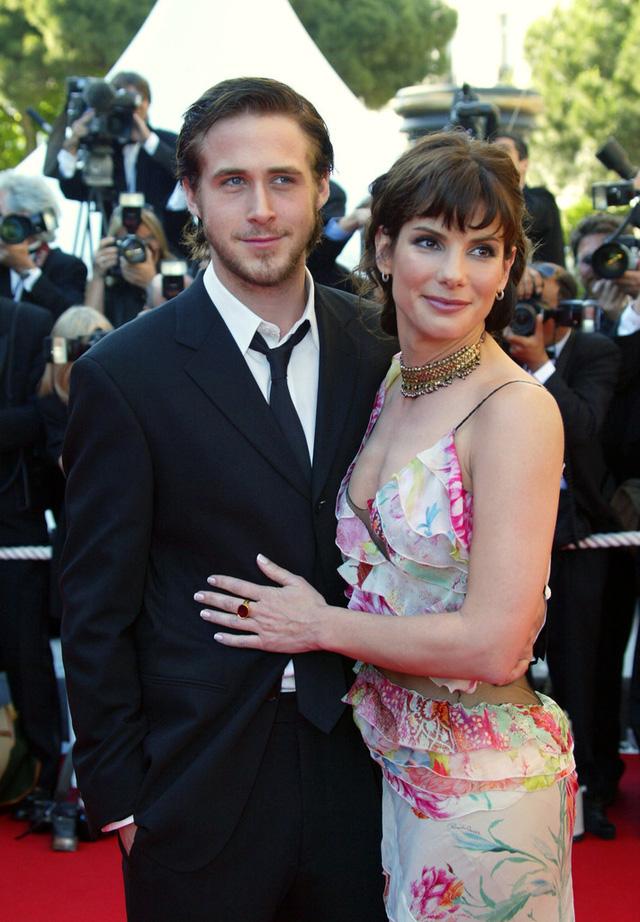 Tài tử Ryan Gosling cặp kè bên Sandra Bullock tại LHP Cannes năm 2002. Đây cũng là người tình đầu tiên mà sao phim Notebook công khai hẹn hò. Nhưng anh chàng đã sớm chia tay Sandra vào năm 2003.