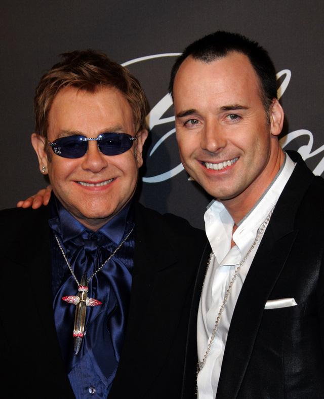 Năm 2007, Elton John xuất hiện rạng ngời bên người tình đồng tính David Furnish. Cả hai mới chính thức kết hôn vào cuối năm ngoái.