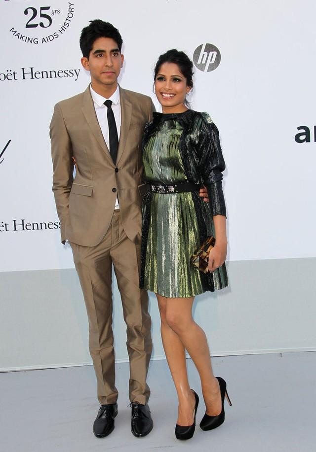 Cặp đôi phim Triệu phú khu ổ chuột - Dev Patel và Freida Pinto - tay trong tay ở LHP Cannes năm 2011. Thời điểm đó, cả hai đã có mối quan hệ kéo dài được gần 4 năm. Tuy nhiên, mối tình của cặp sao Ấn Độ này cũng lụi tàn vào năm 2014.